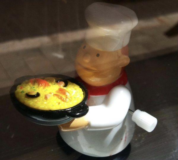 Cocinero con paella a cuerda