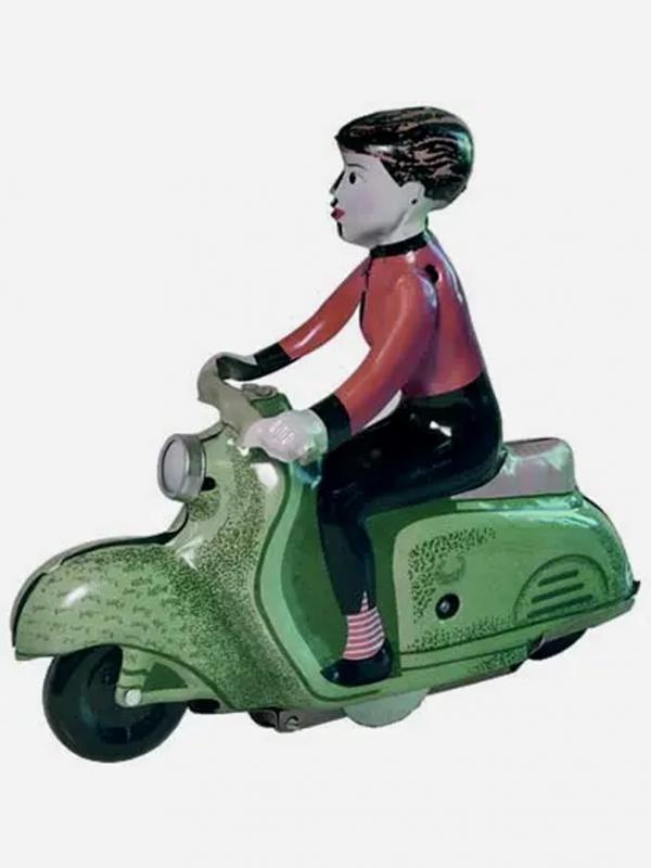 Scooter girl con Vespa verde